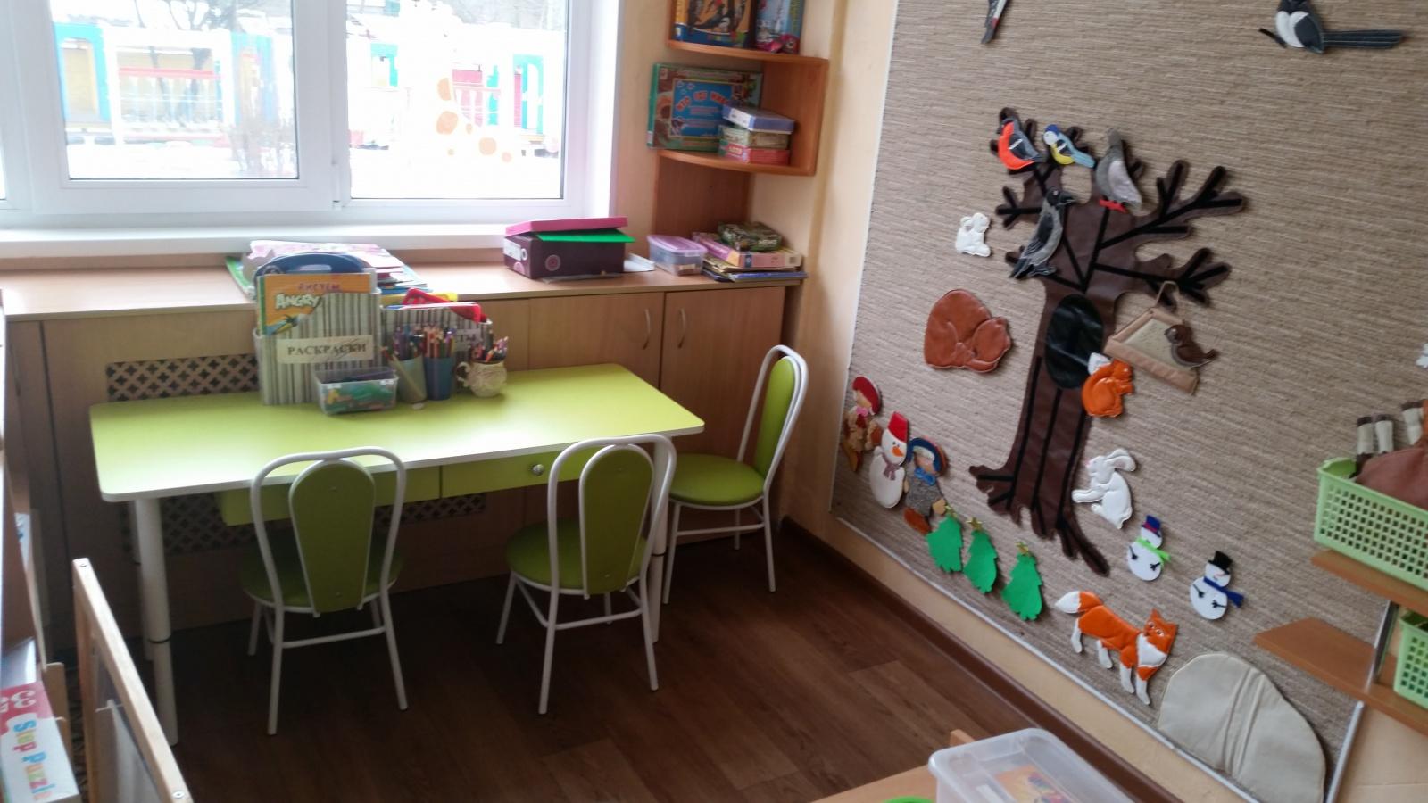 Столы для творчества с выдвижными ящиками, на регулирующихся ножках.