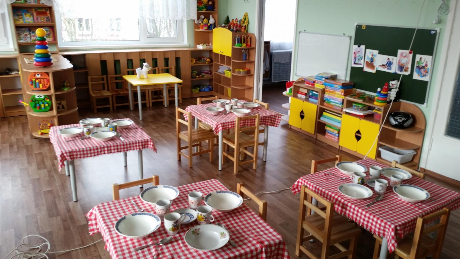Обеденные столы на регулирующихся ножках для детского сада